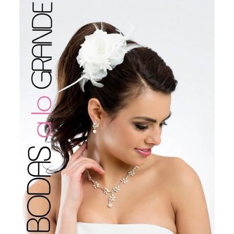 Flor con cristales y plumas para cabello